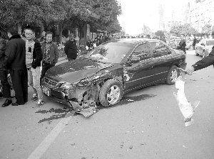 """和豪车相撞的广本""""伤""""看上去轻点"""
