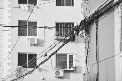 """外墙线有的""""蓬头垢面"""" 有的乱如蜘蛛网"""