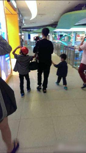 张柏芝和两个儿子逛商场