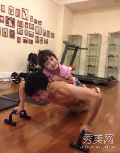 女儿和爸爸一起做运动