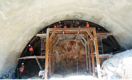 为消除开挖产生的应力,施工中将大断面隧道拆解成9个空洞