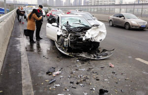 白色轿车前面被撞得面目全非