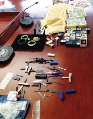 警方展示嫌犯技术开锁工具和部分赃物