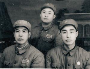 前排左一是朱平,后面是张健,这是在湘西剿匪时的合影