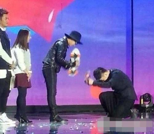 杜海涛在某活动盛典上下跪韩星GD权志龙,引发网友热议。