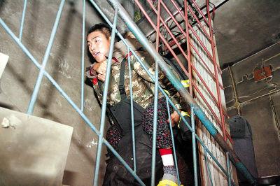 火扑灭后,消防队员又将住在六楼的老人背回家