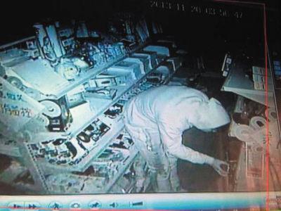 监控设备拍下了窃贼行窃过程。(监控截图)