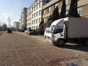 药厂货车停在校园甬路上。记者 王洁 摄