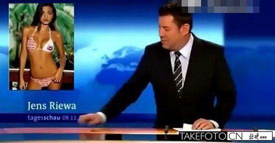 德新闻主播Jens在直播中浏览比基尼美女照片