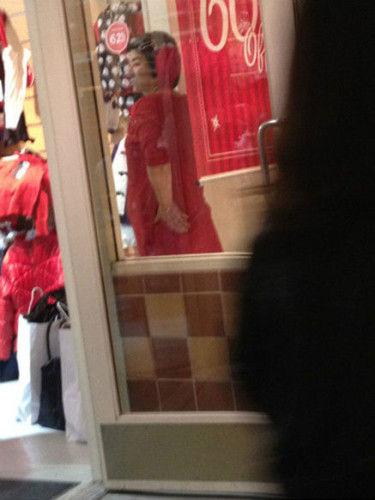 8/20 新浪娱乐讯 黄奕与第二任老公黄毅清2012年8月传出结婚的消息,当时黄奕已怀胎两月,如今女儿已快一岁。11月25日,黄毅清发微博曝料,疑指责黄奕骂女儿,精神出问题。