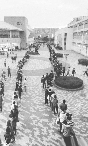 """24日傍晚,川大江安校区浴室前排队""""盛况""""图据新浪微博""""@蚂蚁不识路"""""""