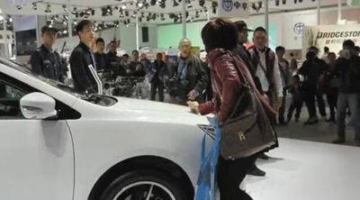 意见不合,女子拿钥匙刮展车