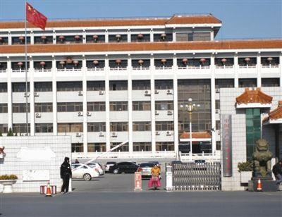 """河北省黄骅市委。据介绍,11月15日,就是在市委大楼的六层,宣布了黄骅市委的决定,62名""""超年龄""""干部提前离岗。"""