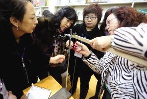 家长们都在认真地做着老师教给的实验。记者 夏铭阳 摄
