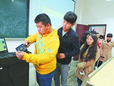 图为学生们正在扫描学生证