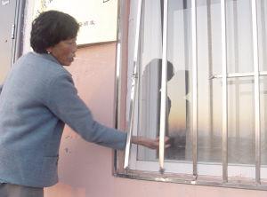 窗户外的钢窗被撬开。
