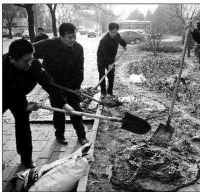 昨日上午,工作人员将井口封死摄影/本报记者 郝羿