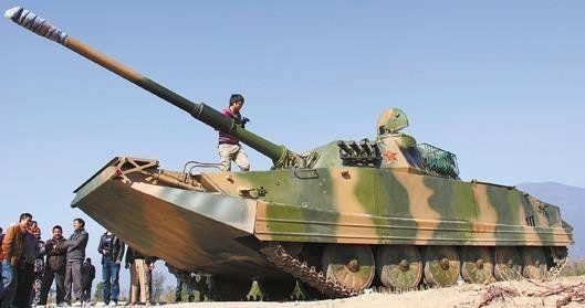 停放在荒地上的坦克引来众人围观 图片据新华网