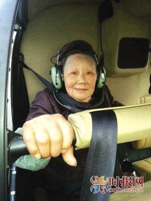 半个月前,曹老板的母亲坐上直升机飞了一圈   网友邱先生微博图
