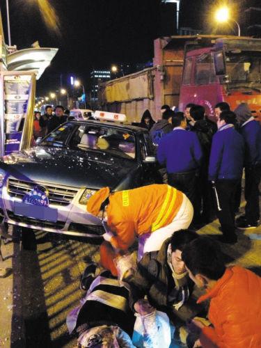 急救人员在现场给伤者做检查、打绷带。