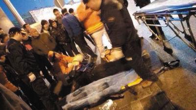 小伙摔倒在地,不省人事,路人见状立刻上前查看,急救车随后赶到将其送往医院抢救。