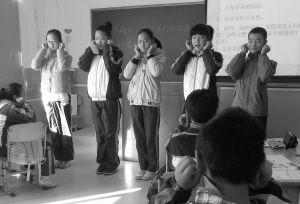 小学生们带领同学做耳保健操。记者 岳巍 摄