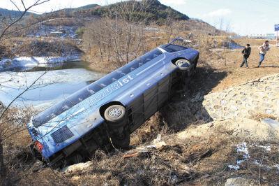 大客车车身横跨在一座7米多高涵洞的上方,车体悬空。