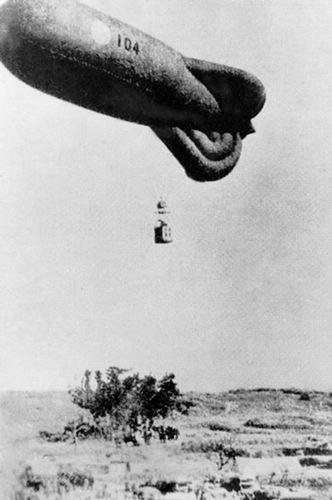 系留气球是使用缆绳将其拴在地面绞车上并可控制其在大气中飘浮高度的气球。升空高度2km以下,主要应用于大气边界层探测。气球可携带自记仪器、无线电遥测仪器;或可通过缆绳传送信息的仪器;也可掉挂仪器在几个预定高度进行梯度观测。