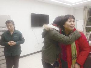 12月13日晚,逝者的家属们(右)在沈阳市和平区急救中心 。
