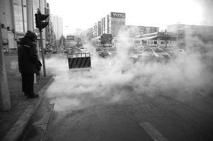 热气不断蒸腾,机动车和行人在雾中缓慢前行