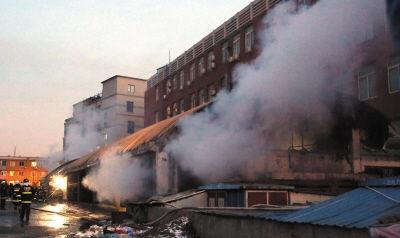 消防员正在灭火,火势已经被控制住