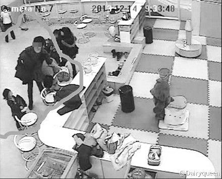 监控拍到女子将书包拎走的瞬间,画面被失主发到网上。受访者微博截图