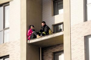 消防队员将该名女子解救下来