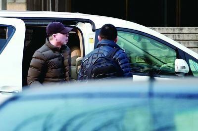 三次审看,总导演冯小刚都是事必躬亲。