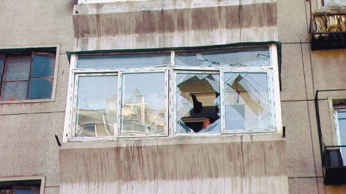 阳台玻璃都被震碎,窗框也从阳台脱离出来。