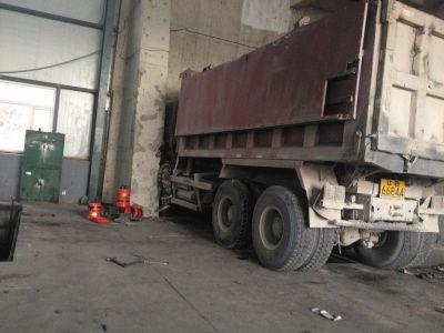 将司机挤死的那辆大货车仍停在车间内