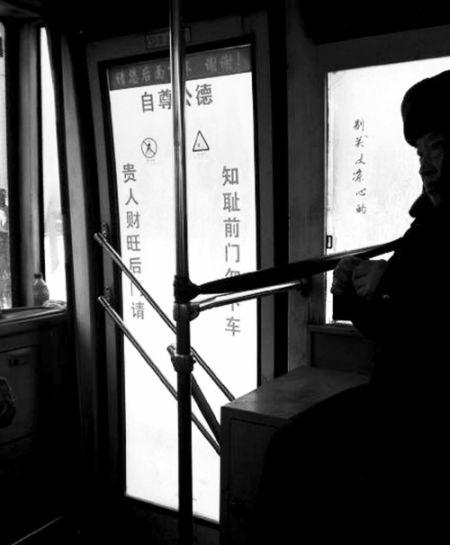 公交车上的对联。