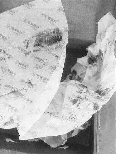 致刘兴亮死亡的带毒鞋盒,他当时曾用包装纸擦拭鞋上的黑色黏稠液体。 (图片由死者亲属提供)