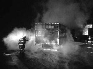 货车轮胎处的大火,被消防官兵及时扑灭