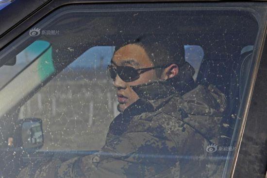 保镖在车内随时注意这雇主的情况 避免意外发生