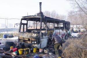 """""""房车""""里面生炉子没留人,车子被烧得只剩个骨架"""