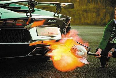 排气管喷出巨大的火焰。