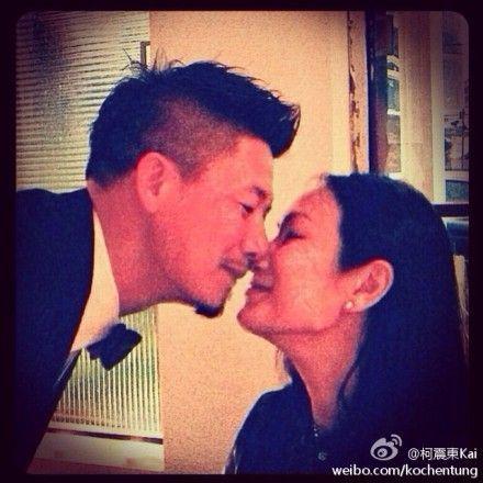 柯震东父母亲吻秀恩爱。