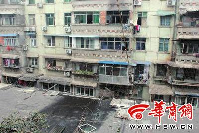 闪爆后,出事房屋阳台的窗户框、玻璃碎片等物都被炸到了楼下小平房的房顶上