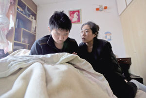 阳阳被打后不愿意去上学,整天都在屋内睡觉。记者 夏铭阳 摄