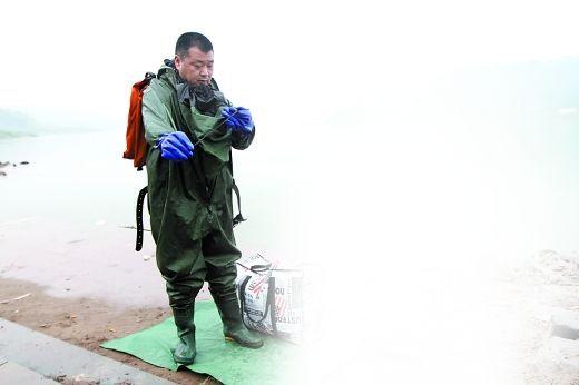 49岁的老何原来是保安,为了发明救生衣把工作都辞了,耗费4年投入3万多元。