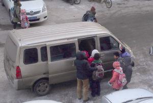 一辆五菱微型车能塞进十几个小学生。记者 石立飞 摄