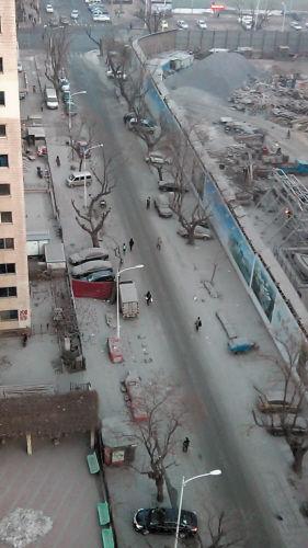 民运街变成灰白色,面目全非,停在路边的车上全是灰尘。