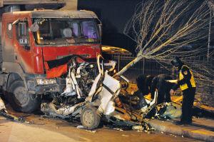 卡车反道行驶撞碎微面