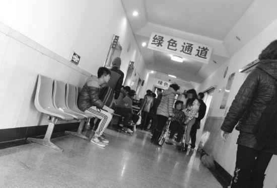 死者家属在医院悲伤不已。
